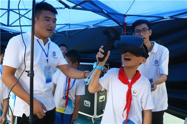 学生们体验VR虚拟现实技术.jpg